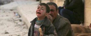 Gewalterfahrung fürs Leben: Ein Vater mit seinem Jungen im syrischen Aleppo.